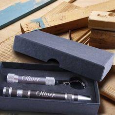 persönliches Werkzeug-Set bestehend aus Schraubenzieherstift mit 8 Aufsätzen und LED Mini Lampe. Tolles Geschenk für Hobbyhandwerker, Hobbyeisenbahner alle die handwerklich geschickt sind.