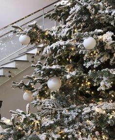 Last Christmas, Christmas Mood, Christmas Wreaths, Christmas Decorations, Holiday Decor, Holiday Mood, Magical Christmas, Simple Christmas, Christmas Lights