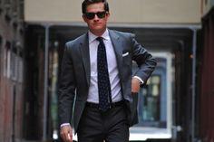 グレースーツ,ネイビー小紋ネクタイ,白シャツ