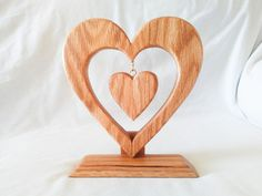 Wooden Heart Shaped Ornament Stand and Heart Ornament Set with An Eco-Friendly Finish Wooden Art, Wooden Signs, Diy Home Decor Projects, Wood Projects, Intarsia Wood, Barbie Paper Dolls, Scroll Saw Patterns Free, Wood Carving Art, Wooden Ornaments