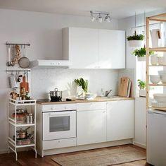 Kleine Küche? Kein Problem: Minimalistisches Design in Weiß sorgen in dieser IKEA-Küche für mehr Platz und Licht