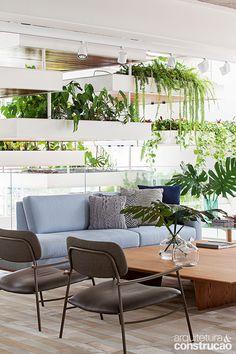 Pura inspiração: floreiras suspensas refrescam sala de estar | Arquitetura e Construção