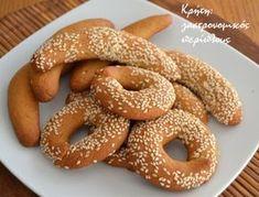 Για μικρά και μεγάλα παιδιά!   Φαίνεται πως ποτέ δεν θα είναι αρκετές οι συνταγές για λαδοκούλουρα που έχω στο τετράδιό μου. Όλο και κάποια καινούρια εμφανίζεται για να συμπληρώσει τη σ… Greek Sweets, Greek Desserts, Greek Recipes, Greek Cookies, Biscotti Cookies, Middle Eastern Recipes, Bread Baking, Bagel, Biscuits