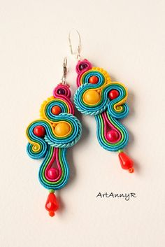 Inspiration for polymer clay : Kolczyki LOLIPOP sutasz (soutache). A soutache is narrow flat decorative braid, a type of galloon, used in the trimming of drapery or clothing Soutache Earrings, Crochet Earrings, Ideas Joyería, African Earrings, Bijoux Diy, Polymer Clay Earrings, Beaded Embroidery, Jewelery, Creations