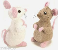 This makes me wish I could knit!  What realistic little mice.  So cute.  A pattern by Alan Dart.