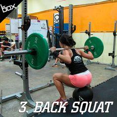 O Back Squat é um movimento essencial para qualquer programa de força. Utilizando uma barra apoiada nos músculos do trapézio e com os pés um pouco mais abertos que a largura dos ombros, você deve respirar fundo e, logo em seguida, jogar os glúteos para trás. Mantenha o peito aberto em todo o movimento. Após quebrar a paralela (os glúteos devem passar a linha do joelho), suba soltando a respiração.