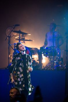 twenty one pilots @ Tower Theater, Upper Darby, Pennsylvania <<<this picture is amazing. Emo Bands, Music Bands, Gerard Way, Twenty One Pilots Wallpaper, The Wombats, Tyler Joseph Josh Dun, Screamo, Staying Alive, Music Artists