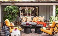 terrasse ouverte avec un coin de détente salon de jardin en fer forgé
