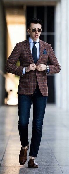 - business casual combo inspiration with dark wash denim brown brogue shoes light blue shirt navy tie blue silk pocket square sunglasses watch Casual Co, Vertical Striped Shirt, Shirt And Tie Combinations, Light Blue Shirts, Mens Trends, Dapper Gentleman, Herren Outfit, Male Grooming, Mens Clothing Styles