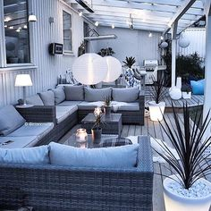 Patio at twilight with seating area under a white wooden pergola with lots of lamps and lanterns Outdoor Living Rooms, Outdoor Spaces, Outdoor Decor, Backyard Garden Design, Patio Design, Pergola Patio, Backyard Patio, Wooden Pergola, Balcony Furniture