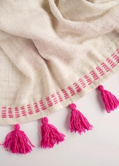 DIY Tassel blanket using IKEA blanket and handmade yarn tassels Embroidery Stitches, Hand Embroidery, Embroidery Designs, Sewing Crafts, Sewing Projects, Craft Projects, Do It Yourself Mode, Diy Gifts, Tassels