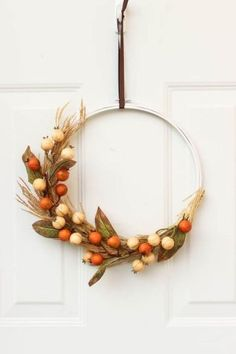 A cheap fall decor idea! Use an embroidery hoop to make a beautiful fall wreath! The perfect fall decoration idea. And you can make the entire piece in less than 20 minutes! Love the modern look of this fall DIY project :) Great video tutorial! Fall Wreath Tutorial, Diy Fall Wreath, Autumn Wreaths, Fall Diy, Wreath Ideas, Holiday Wreaths, Spring Wreaths, Summer Wreath, Wreath Crafts