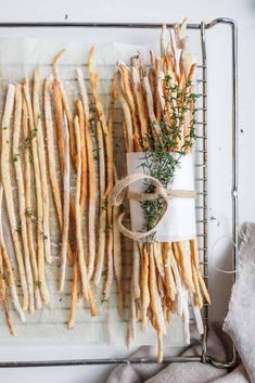 Extra crunchy rosemary and parmesan breadsticks - TV Snacks & Fingerfood - Bread Recipes Pork Chop Recipes, Salmon Recipes, Bread Recipes, Brunch Recipes, Appetizer Recipes, Snack Recipes, Appetizers, Drink Recipes, Cake Au Lait