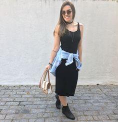 Vestido midi preto, com botas de tachas, jaqueta jeans vintage amarrada na cintura e bolsa também vintage. Acessório: chocker @interiorbijuterias