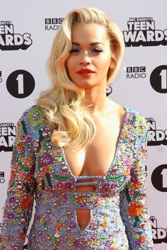Sexy Side-Swept Waves a la Rita Ora (click to get the look)
