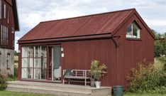 Andra har fastigheter som inte o Shed Homes, Prefab Homes, Container Architecture, Interior Architecture, Red Roof House, Modern Barn House, Small Buildings, House Doors, Cottage Style