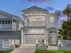 Front of camp hill tri level house Narrow House Designs, Narrow House Plans, Beach House Plans, Hamptons Style Bedrooms, Hamptons Style Homes, Tri Level House, Weatherboard House, Queenslander, Die Hamptons
