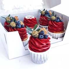 Gilded berries on cupcakes Cupcake Recipes, Dessert Recipes, Buttercream Cupcakes, Red Cupcakes, Pretty Cakes, Confectionery, Cupcake Cookies, Mini Cakes, Let Them Eat Cake