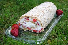 ChocoLanas matblogg: Budapestkake med jordbær og mascarponekrem No Bake Cake, Dairy, Bread, Cheese, Blogging, Swiss Rolls, Baking Cakes, Dessert, Food