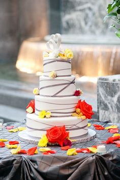 #modernwedding cake wrapped with a gray ribbon. Photo by Gina and Tony Photographers
