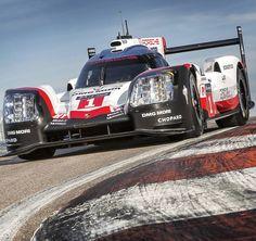 Porsche 919 2017: novo modelo para o  Mundial de Endurance da FIA  A @porsche mostrou hoje sexta-feira o novo 919 Hybrid no Autódromo Nacional de Monza. O protótipo Le Mans que possui uma potência de sistema de cerca de 900 cv (662 kW) foi amplamente renovado. Objetivo é uma tripla conquista: vencer a 24 Horas de Le Mans (17 e 18 de junho) assim como os títulos de campeã do Campeonato Mundial de Endurance da FIA para pilotos e fabricantes pela terceira vez consecutiva após as vitórias de…