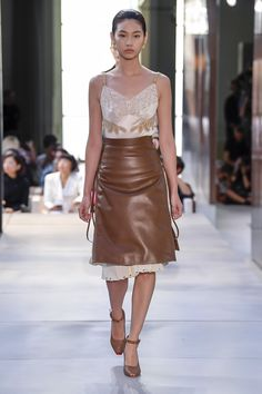 Burberry Spring 2019 Ready-to-Wear Collection - Vogue Spring Fashion Trends, Fashion Week, Love Fashion, Trendy Fashion, Runway Fashion, Luxury Fashion, Fashion Looks, Womens Fashion, Fashion Design