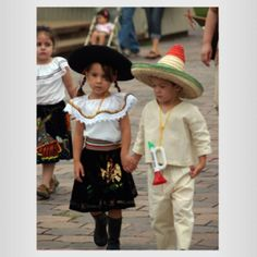 Traditional costumes of Mexico Mexican Costume, Mexican Outfit, Mexican Dresses, Folk Costume, Mexican Clothing, Mexican Fashion, Mexican Style, Mexico Culture, We Are The World