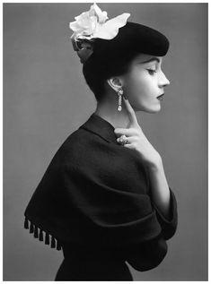 Ddovima habillée en Balenciaga © Richard Avedon