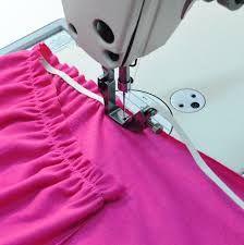 Resultado de imagen para prensatelas para fruncir Sewing Lessons, Sewing Class, Sewing Tools, Sewing Hacks, Sewing Tutorials, Sewing Projects, Sewing Patterns, Bottle Cutter, Sewing Material