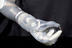 セグウェイを作った発明家ディーン・ケイメン氏が開発したロボット義手「LUKE Arm」が今年後半にも発売されます。LUKE Armは2014年に米国食品医薬品局(FDA)に販売を認可されていたものの、製造を担当するパートナー企業を捜していました。