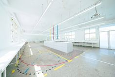 Rectangular in shape, the large classroom's ceiling and two of its walls are painted in all-white, creating an uncrowded space for students to learn in. Classroom Floor Plan, Classroom Ceiling, Design Research, Learning Spaces, Exhibition Space, Light Project, Secondary School, Colorful Drawings, Floor Design