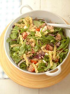 Dit superlekkere recept voor snelle pastasalade met tonijnkomt vanUitpaulineskeuken.nl. Kook de pasta gaar in water met zout.Halveer de kerstomaatjes en snij de ui in halve ringen. Snij de feta in blokjes en maak de tonijn los met een vork. Doe de rucola in een kom, samen met de tomaatjes, de ui, de feta en de […]