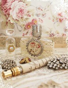 Aproveite ao menos uma das ideias de artesanatos com vidro de perfume vazio que trazemos hoje. O cantinho de sua casa que receber um vidro de perfume reaproveitado vai ficar muito mais charmoso. E até mesmo a sua festinha ou confraternização pode receber uma decoração com vidros de perfume vazios. Assim que acabar o seu …