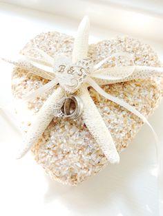 Starfish Shell Ring Pillow Beach Wedding par unconventionalJ, $52,00