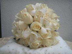Espectacular bouquet en rosas blancas vendelas y orquideas variedad dendrobium.