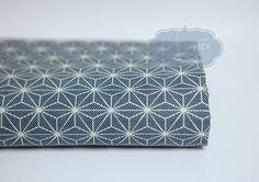 Tissu Japonais Asanoha.   Tissu Japonais motif traditionnel motif Asanoha blanc en coton, fond bleu clair.  Tissu confortable, doux, agréable à toucher.