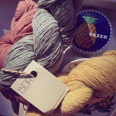 Langat ilta-auringossa ikkunalaudalla. #lanka #yarn #beiroa #retrosaria #rosapomar #fazer #ananas #pineapple #wool #portugal #bordaleiradaserradaestrela #knitting