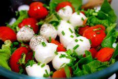 Salata de salata verde, o retetea simpla si gustoasa de salata verde cu mozzarella si rosii cherry, merge si simpla si ca salata pentru vreo fritpura