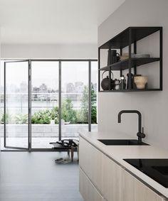 Ontdek het FERRO stalen reksysteem in cool, Deens design Home Interior, Kitchen Interior, Interior Decorating, Home Decor Kitchen, Home Kitchens, Kitchen Design, Kitchen Taps, New Kitchen, Casa Loft