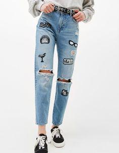 Jeans Mom Fit parches. Descubre ésta y muchas otras prendas en Bershka con nuevos productos cada semana