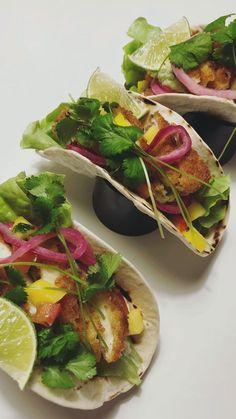 Halloumitacos med mangosalsa, guacamole och picklad lök ✨ 4 port Du behöver Halloumi 2 pkt halloumi 2,5 dl panko 2 st ägg 1 dl mjöl Kryddor (ex lökpulver, paprikapulver, torkad koriander, cayennepe…