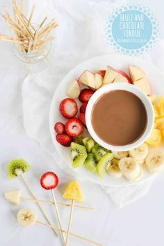 FRUIT AND EASTER EGG FONDUE: So rather than devouring Easter egg after Easter egg during the holidays, we like to think of other ways for the kids to enjoy their chocolate. Toddler Finger Foods, Healthy Finger Foods, Healthy Meals For Kids, Kids Meals, Toddler Food, Healthy Recipes, Easter Chocolate, Chocolate Fondue, One Handed Cooks