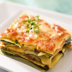 Lasanha vegetariana com tomate, abobrinha e berinjela Veggie Recipes, Paleo Recipes, Cooking Recipes, Fish Recipes, Vegetarian Lasagna Recipe, Lasagna Recipes, Vegetarian Cooking, Comfort Food, Organic Recipes