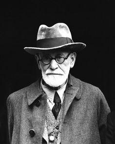 La ciencia moderna aún no ha producido un medicamento tranquilizador tan eficaz como lo son unas pocas palabras bondadosas. - Sigmund Freud a los 82 años de edad. Inventor del psicoanálisis, quien agregó al vocabulario el complejo de inferioridad en el mundoLa imagen corresponde a su llegada a Londres el 6 de junio de 1938.