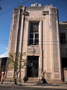 Cienfuegos Art Deco | Flickr - Photo Sharing! Render Design, Facade Design, Art Deco Buildings, Old Buildings, Cienfuegos, Interiores Art Deco, Grill Door Design, Bauhaus Art, Streamline Moderne