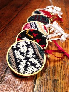 Christmas Ornaments DIY! Handmade Hoop Art Knit Christmas Ornament | http://diyready.com/23-homemade-christmas-ornaments-christmas-decorating-ideas/