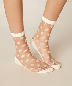 1 pair of daisy socks, - One pair of sheer socks with daisy pattern. - Find more trends in women fashion at Oysho . Sheer Socks, Daisy Pattern, Lingerie Sleepwear, Pyjamas, Spring Summer Fashion, Pilates, Rubber Rain Boots, Vogue, Pairs
