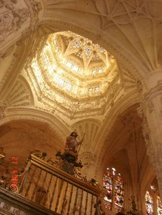 HERÓI. Lugar de honra, lugar celeste para El Cid. O herói da reconquista peninsular tem sobre o seu túmulo a luz radiante que entra pela lanterna. Sob ela também o romeiro, o que passa por Burgos a caminho de Santiago. Burgos, a cidade cristã.