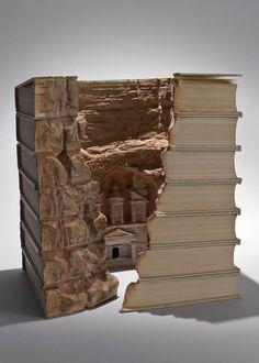 Entalhando livros - arte de Gui Lamaree