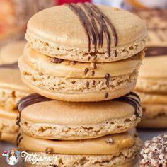 Almond Roca Macarons Amazing caramel and toffee macarons inspired by the famous Almond Roca candies! Toffee Cookie Recipe, Cookie Recipes, Dessert Recipes, Macarons, French Macaroon Recipes, French Macaron Flavors, Best Macaron Recipe, Delicious Desserts, Yummy Food